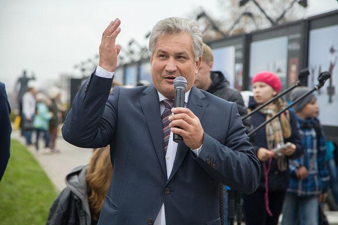 Выставку открыл министр образования Свердловской области Ю.И. Биктуганов