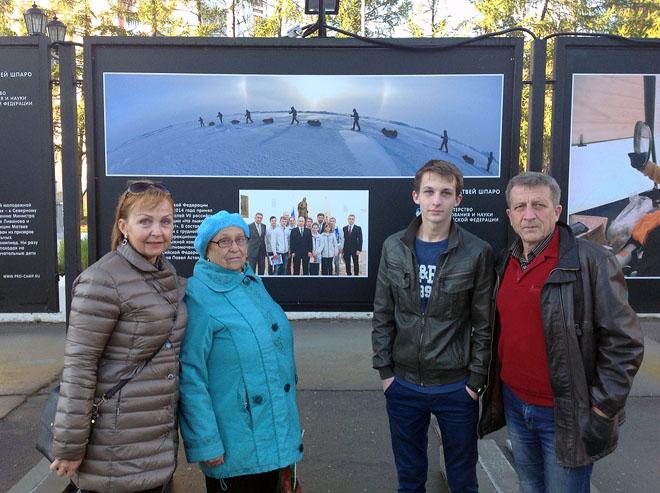 Александр Петров вместе со своей семьей: мама Наталья Николаевна, бабушка Лидия Егоровна, отец Сергей Евгеньевич.