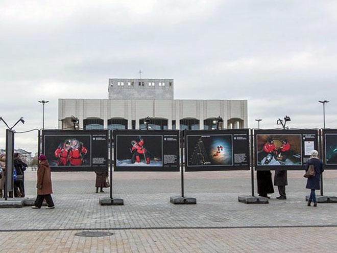 Северный полюс расположился на площади перед театром с названием «Театр-Театр».