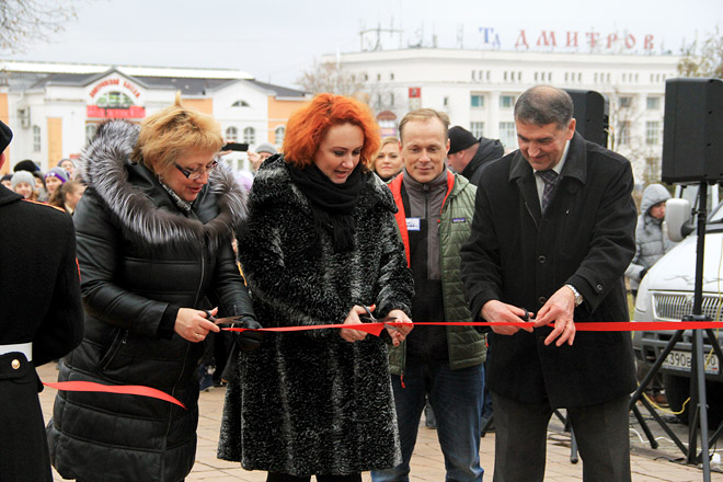 Выставку открыли Е.А. Виноградова (слева) и Д.И. Шпаро.