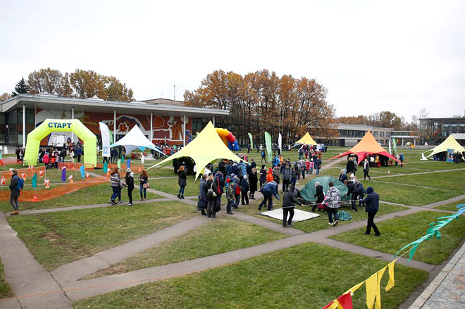 В день открытия выставки во Дворце пионеров прошел фестиваль юных туристов.