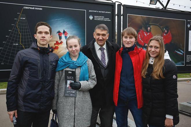 Д.И. Шпаро (в центре) и юные полярники (слева направо): Никита Серков, Юлия Самокаева, Влад Румянцев, Светлана Упыркина.