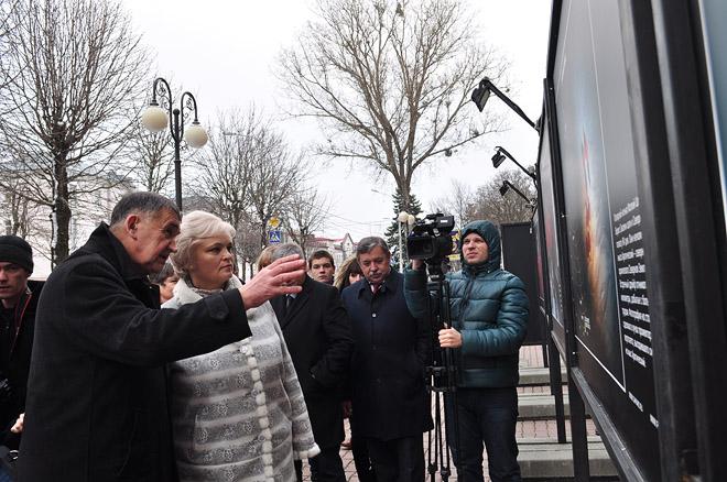 Д.И. Шпаро показывает выставку зампреду правительства Ставропольского края Ирине Кувалдиной.